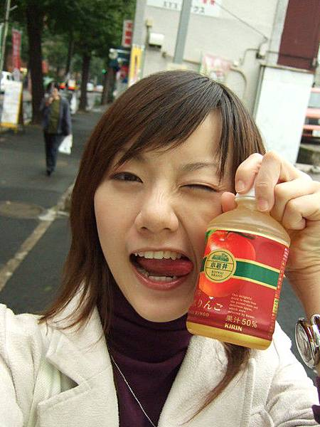 走累了,在自販機投了一罐小岩井蘋果汁 120円
