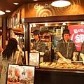 中野車站旁商店街的章魚燒店,生意很好喔,我想是因為店員的關係