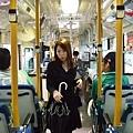 逃出六本木hills後,受到歐吉桑的指引,我們坐上了公車。