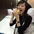 韓國男只剩下一千円,又很有骨氣不讓我請,所以我們去吃麥當勞