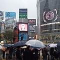 就算是颱風天,渋谷還是一樣多人耶