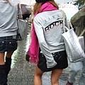 就算是颱風天,辣妹們還是一樣穿超迷你裙和馬靴上陣