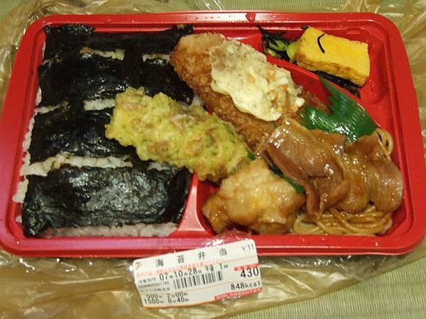 晚餐是去7-11買的海苔弁当 超豐富的拉!