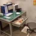 仿製的両津辦公桌。左上角的電話,換成紅色就是我買的老式電話