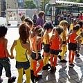 一群小朋友打扮得好豔要去表演,還手牽手唷~可愛!