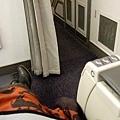 跳很快已經上飛機了,接在商務艙位後面坐,腳可以自由伸直真棒