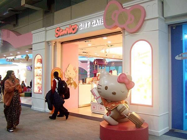 桃園機場 超醒目的Sanrio禮品店,一樣還是貴!