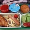 eva的機上西式早餐,有薯餅、蘑菇炒蛋和熱狗,還不賴!
