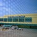小小的金邊機場 這是左側,加上右側還是小!
