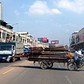 柬國天氣超好,左邊卡車頂坐了二個人,都不怕滾下去或被烤焦!