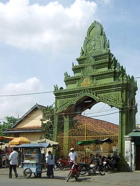 某寺廟的大門,特殊的柬式雕刻預告著未來幾天我將看也看不完