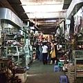 拖哥帶我來到俄羅斯市場,又稱小偷市場。裡面有很多盜版的東西