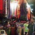 來到東南亞最常見的手工藝品就是沙龍,右下角那個人在賣盜版書