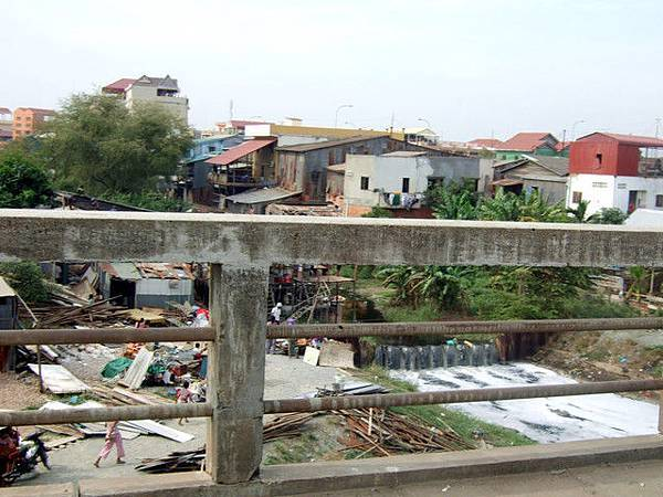 沒錢的人就沿著河邊建高腳屋一直搭到河中央,雨季一來保證沖毀