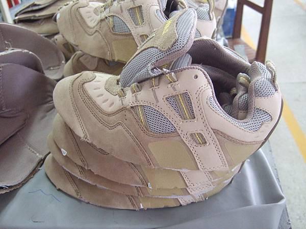wow!第一次看到還沒糊上底之前的鞋子耶!