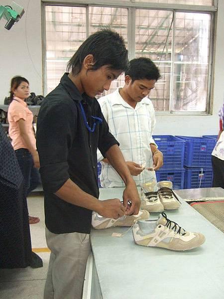 黏上底部之後,鞋子的形狀就出來囉,原來鞋子是這樣做出來的!