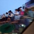 太可怕了!廂型車頂坐滿了一群不怕死的人!