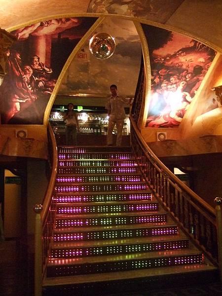 謎樣的階梯,我們大膽走上去被左右二旁坐滿滿的小姐們給嚇一大跳