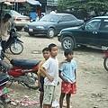 市集旁的男孩三人組,不知道有沒有發現我在偷拍他們呢~哈!