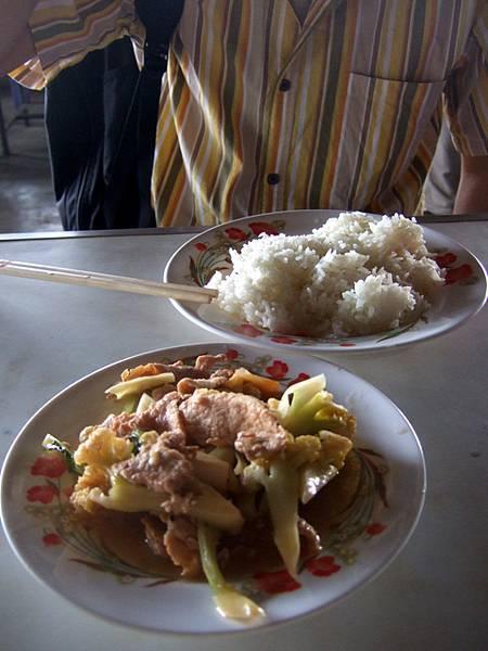 Ryo點的是豬肉炒花椰菜加一盤飯,味道真是超不怎樣的普通!