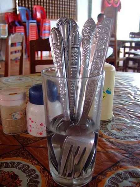 把餐具泡在水杯裡,才不會被蒼蠅沾來沾去