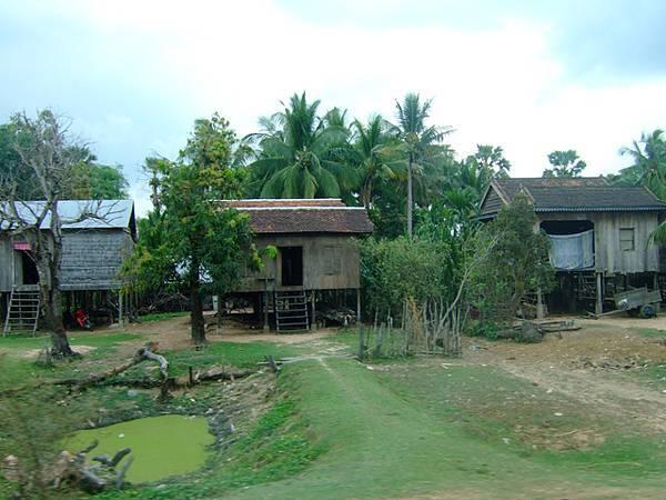 路途也經過一堆傳統高腳屋,屋前一定會有空地和小水池!