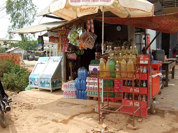 路邊常見的小雜貨店,右前方一堆黃澄澄的保特瓶裡裝的是什麼呢~