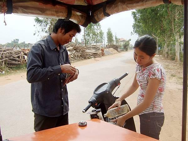 答案是汽油...柬國有很多這種正大光明在賣油的小攤販!