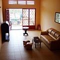 粉橘色調的二樓起居室