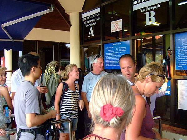 一堆人在排隊,因為等五點一到才會開放販賣隔日的門票