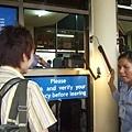服務小姐在幫Ryo打光拍照中!照片會印在門票上喔,很特別