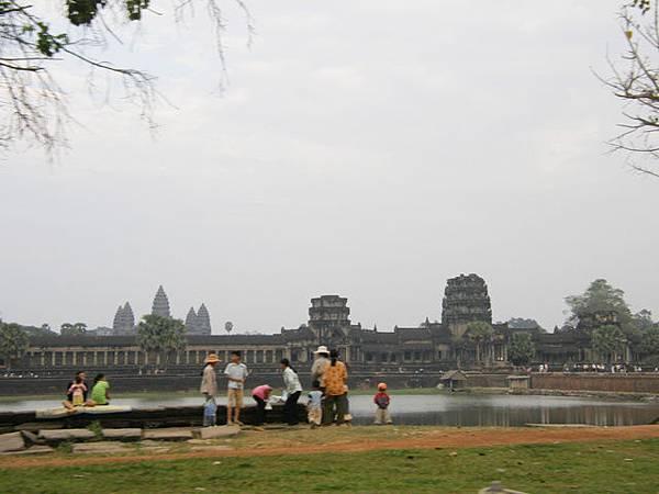 護城河裡就是大名鼎鼎的小吳哥Angkor Wat