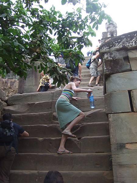 穿裙子來真是失策了!瞧這階梯有多高,但這裡只是初級班而已!