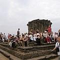 巴肯寺頂的平台上坐滿了來自世界各地的旅人等待觀賞落日
