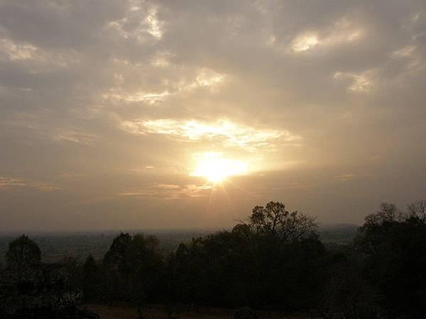 夕陽只微微探出光芒,向遠望去盡是一片無垠樹海