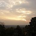 喔~雲有散開一些些唷!像是從右邊的塔噴出來的橘色煙霧