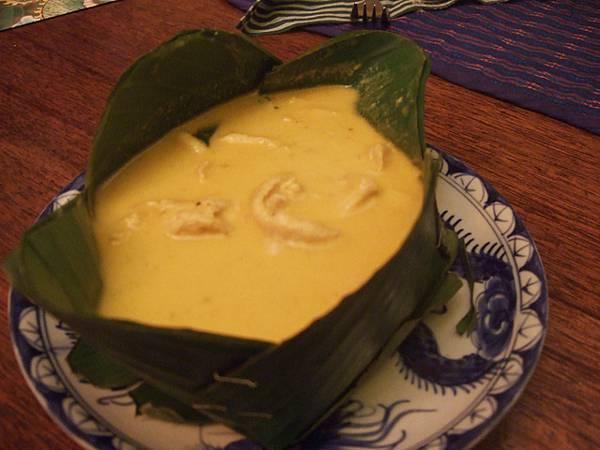 超推薦AMOK,它是把魚或肉類加進咖哩、椰奶等香料熬煮的料理
