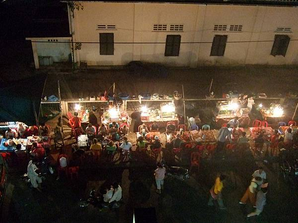 白天空無一物的對街,原來晚上會變身成熱鬧的小吃攤販呢!