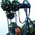 也有很多人專門來拍日出的小吳哥,這位攝影大哥的鏡頭好特別喔!