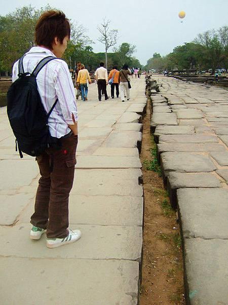 護城河中間的通道有一條好大好長的裂縫,而且右邊石塊部份崩塌
