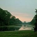 行經大吳哥城外的護城河時,才發現太陽已漸漸露出臉來!