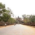 從Angkor Thom的南門進去,二側是乳海翻騰的雕刻