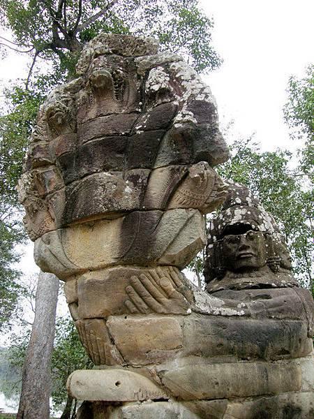 抱著Nagas的天神,從顏色可以看出來有部份是之後修建過的