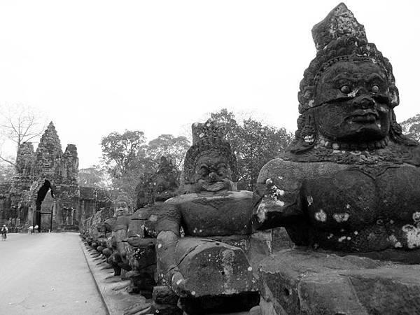 右手邊則是拉著蛇的阿修羅,阿修羅的長相果然就是比神來得狠