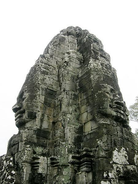 塔高至少有三公尺,不可思議的是,裡面一直到頭頂端全是中空的