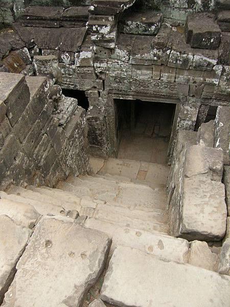 巴揚寺的結構高高低低的,塔底裡的門與通道有點窄小