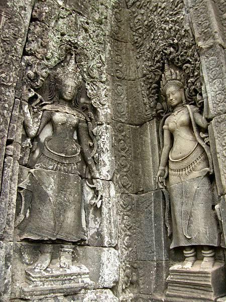 微笑國王高塔的底部各面牆都刻有不同樣貌的Apsara