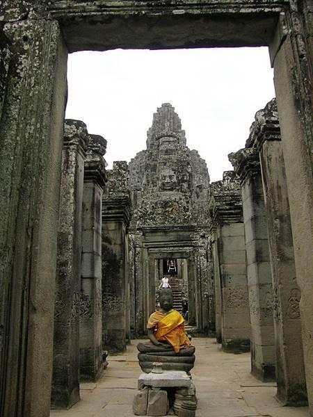 幾乎在每個出入口或塔內都有盤腿端坐著的神