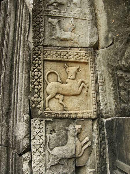 壁雕刻有生動的牛和馬,中間那隻牛的表情很可愛