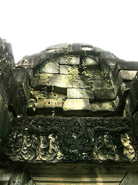門楣上雕刻的曲線真美,上頭的石塊也因陽光照射而出現色差